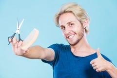 Άτομο με το ψαλίδι και χτένα που δημιουργεί το νέο κομμωτήριο Στοκ Φωτογραφία
