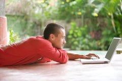 Άτομο με το lap-top στις τροπικές διακοπές στοκ εικόνα με δικαίωμα ελεύθερης χρήσης