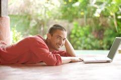 Άτομο με το lap-top στις τροπικές διακοπές στοκ φωτογραφία
