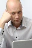 Άτομο με το lap-top στοκ εικόνα με δικαίωμα ελεύθερης χρήσης