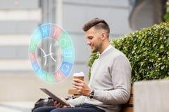 Άτομο με το PC ταμπλετών και καφές στην πόλη Στοκ φωτογραφία με δικαίωμα ελεύθερης χρήσης