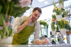 Άτομο με το smartphone που κάνει τις σημειώσεις στο ανθοπωλείο Στοκ εικόνα με δικαίωμα ελεύθερης χρήσης