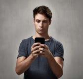 Άτομο με το smartphone Στοκ Εικόνες