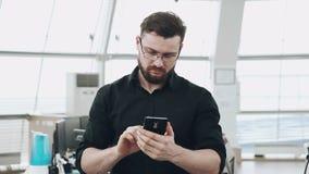 Άτομο με το smartphone απόθεμα βίντεο