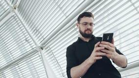 Άτομο με το smartphone φιλμ μικρού μήκους