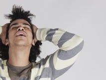 Άτομο με Afro Hairdo που τραβά την τρίχα πίσω Στοκ Εικόνες