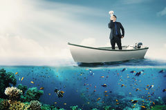 Άτομο με megaphone στη βάρκα Στοκ Φωτογραφίες