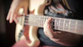 Άτομο με Tatoo που παίζει τη βαθιά κιθάρα φιλμ μικρού μήκους