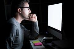 Άτομο μπροστά από το όργανο ελέγχου υπολογιστών τη νύχτα Στοκ εικόνες με δικαίωμα ελεύθερης χρήσης