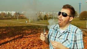 Άτομο μόδας που καπνίζει το ηλεκτρονικό τσιγάρο για πρώτη φορά έπειτα που βήχει απόθεμα βίντεο