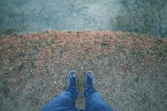 Άτομο μόνο στην ακτή λιμνών Στοκ Εικόνες
