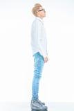 Άτομο μόδας που στέκεται στο υπόβαθρο στούντιο ανατρέχοντας Στοκ Φωτογραφίες