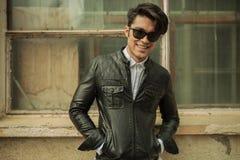 Άτομο μόδας που χαμογελά στη κάμερα Στοκ εικόνα με δικαίωμα ελεύθερης χρήσης