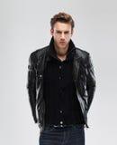Άτομο μόδας, πρότυπο σακάκι δέρματος, γκρίζο υπόβαθρο στοκ φωτογραφία με δικαίωμα ελεύθερης χρήσης