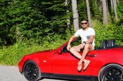 Άτομο μόδας στο πολυτελές αυτοκίνητο υπαίθριο Στοκ Φωτογραφίες