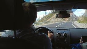 Άτομο οδοιπόρων που οδηγεί ένα αυτοκίνητο στο μακρύ δρόμο μέσω της όμορφης επαρχίας κατά μήκος των βουνών Στοκ εικόνες με δικαίωμα ελεύθερης χρήσης