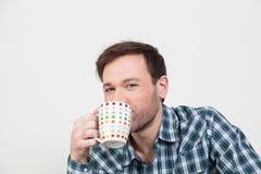 Άτομο ομορφιάς που πίνει έναν καφέ Στοκ Φωτογραφία