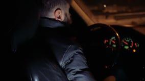 Άτομο πίσω από τη ρόδα μιας οδήγησης αυτοκινήτων στις οδούς βραδιού απόθεμα βίντεο