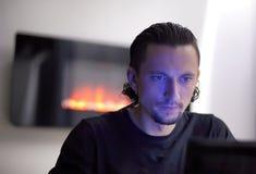 Άτομο πίσω από τον υπολογιστή στοκ φωτογραφία με δικαίωμα ελεύθερης χρήσης