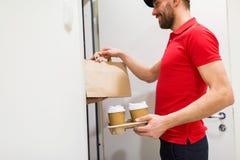 Άτομο παράδοσης με τον καφέ και τρόφιμα στο σπίτι πελατών Στοκ φωτογραφία με δικαίωμα ελεύθερης χρήσης