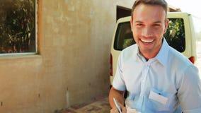 Άτομο παράδοσης που γράφει στην περιοχή αποκομμάτων απόθεμα βίντεο