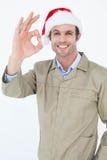 Άτομο παράδοσης στο καπέλο Santa που το ΕΝΤΑΞΕΙ σημάδι Στοκ Φωτογραφίες