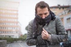 Άτομο περιστασιακό που ντύνει στην πόλη χειμερινό εποχιακό ημερησίως Στοκ Εικόνες