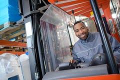 Άτομο πορτρέτου forklift στο φορτηγό Στοκ Φωτογραφία