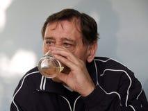 άτομο ποτών κονιάκ Στοκ φωτογραφίες με δικαίωμα ελεύθερης χρήσης