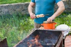 Άτομο που δένει με σπάγγο το κρέας σε ένα οβελίδιο Στοκ Εικόνα