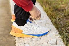 Άτομο που δένει τα παπούτσια Jogging Στοκ φωτογραφίες με δικαίωμα ελεύθερης χρήσης