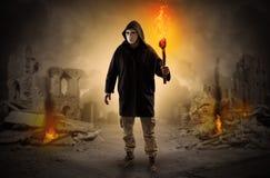 Άτομο που έρχεται με το κάψιμο του δαυλού σε μια έννοια σκηνής καταστροφής διανυσματική απεικόνιση