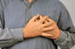 Άτομο που έχει έναν πόνο καρδιών στοκ εικόνες