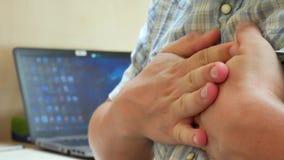 Άτομο που έχει μια επίθεση καρδιών απόθεμα βίντεο