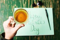 Άτομο που έχει μια μπύρα με την ευτυχή κάρτα ημέρας του ST Πάτρικ Στοκ φωτογραφία με δικαίωμα ελεύθερης χρήσης
