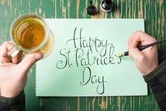 Άτομο που έχει μια μπύρα με την ευτυχή κάρτα ημέρας του ST Πάτρικ Στοκ φωτογραφίες με δικαίωμα ελεύθερης χρήσης