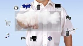 Άτομο που έχει πρόσβαση στο περιεχόμενο μέσων μέσω του υπολογισμού σύννεφων στοκ εικόνες