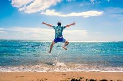 Άτομο που έχει τη διασκέδαση στην παραλία Στοκ φωτογραφία με δικαίωμα ελεύθερης χρήσης