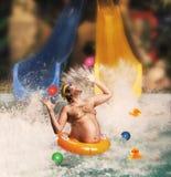 Άτομο που έχει τη διασκέδαση στη λίμνη Στοκ εικόνα με δικαίωμα ελεύθερης χρήσης