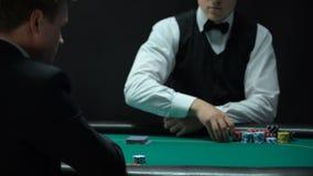 Άτομο που έχει τον κακό συνδυασμό στο πόκερ, που ρίχνει τις κάρτες στον πίνακα, αδύνατο χέρι απόθεμα βίντεο