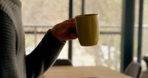 Άτομο που έχει τον καφέ χρησιμοποιώντας το κινητό τηλέφωνο 4k φιλμ μικρού μήκους