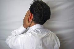 Άτομο που έχει τον πόνο αυτιών σχετικά με το επίπονο άκαυστο αυτί του α στοκ φωτογραφία με δικαίωμα ελεύθερης χρήσης