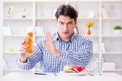 Άτομο που έχει το δίλημμα μεταξύ των υγιών τροφίμων και του ψωμιού να κάνει δίαιτα con Στοκ φωτογραφία με δικαίωμα ελεύθερης χρήσης