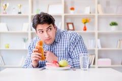 Άτομο που έχει το δίλημμα μεταξύ των υγιών τροφίμων και του ψωμιού να κάνει δίαιτα con Στοκ εικόνες με δικαίωμα ελεύθερης χρήσης