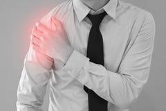 Άτομο που έχει το πρόβλημα πόνου ώμων με το κόκκινο σημείο Στοκ Φωτογραφίες