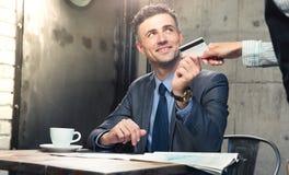 Άτομο που δίνει την τραπεζική κάρτα στο σερβιτόρο Στοκ φωτογραφίες με δικαίωμα ελεύθερης χρήσης