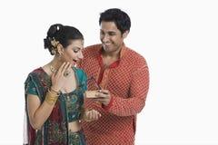 Άτομο που δίνει το δώρο στη σύζυγό του σε Diwali Στοκ Φωτογραφία