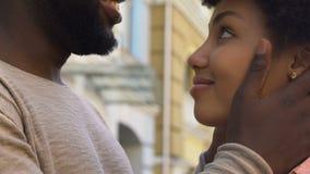 Άτομο που αγκαλιάζει tenderly το αγαπώντας κορίτσι, την εμπιστοσύνη και την ασφάλεια σε σχέση, κινηματογράφηση σε πρώτο πλάνο απόθεμα βίντεο