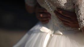 Άτομο που αγκαλιάζει τη σύζυγό του σε ένα γαμήλιο φόρεμα φιλμ μικρού μήκους