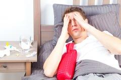 Άτομο που αισθάνεται κακό να βρεθεί στο κρεβάτι και το βήξιμο στοκ φωτογραφία με δικαίωμα ελεύθερης χρήσης